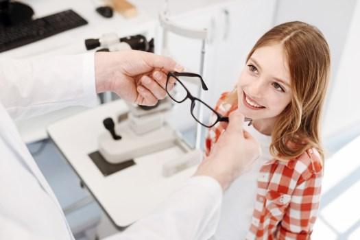 Consulta com oftalmologista: qual a importância na infância?