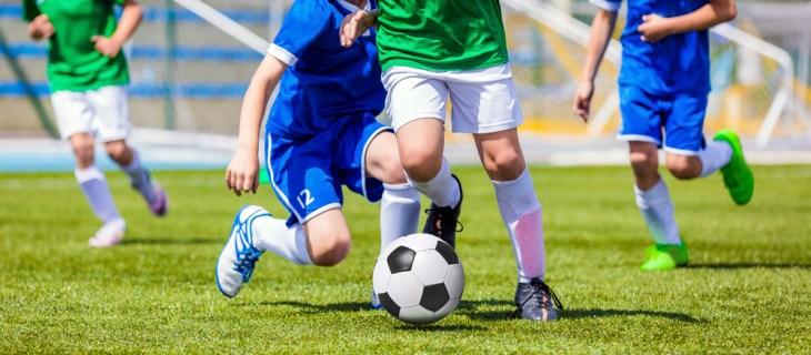 5 benefícios de jogar futebol com os amigos